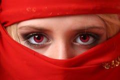 Bella ragazza dietro una sciarpa rossa Immagini Stock