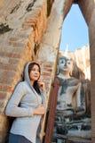 Bella ragazza e grande buddha Fotografie Stock Libere da Diritti
