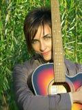 Bella ragazza e la sua chitarra Fotografia Stock Libera da Diritti