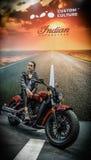 Bella ragazza e un motociclo lussuoso Annunciando e vendendo trasporto immagini stock
