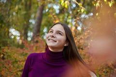 Bella ragazza emozionale nel parco di autunno immagine stock