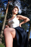 Bella ragazza emozionale su un fondo dei pini Fotografia Stock Libera da Diritti