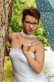 Bella ragazza emozionale in una condizione bianca dell'ombrello e del vestito Fotografia Stock Libera da Diritti