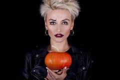 Bella ragazza esagerata con una zucca nelle mani Fotografie Stock Libere da Diritti
