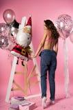 Bella ragazza esile sexy che indossa reggiseno e tralicco erotici trasparenti immagini stock
