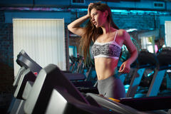 Bella ragazza fatta funzionare durante l'allenamento di forma fisica Immagini Stock Libere da Diritti