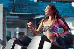 Bella ragazza fatta funzionare durante l'allenamento di forma fisica Fotografie Stock