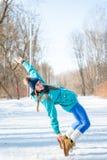 Bella ragazza felice in abiti sportivi su una parte posteriore della foresta di inverno Fotografia Stock Libera da Diritti