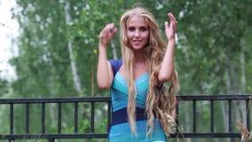 Bella ragazza felice con capelli lunghi sulla natura di estate archivi video