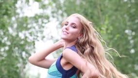 Bella ragazza felice con capelli scorrenti lunghi, giorno di estate archivi video