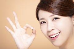 Bella ragazza felice con il gesto giusto immagini stock