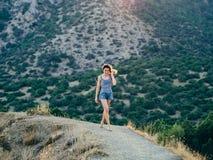 Bella ragazza felice con il sorriso su fondo del tramonto di estate Immagine Stock