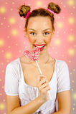 Bella ragazza felice con le lentiggini che tengono e che mangiano la lecca-lecca della caramella dei dolci con espressione faccia Fotografia Stock Libera da Diritti