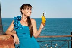 Bella ragazza felice con una bevanda Fotografia Stock