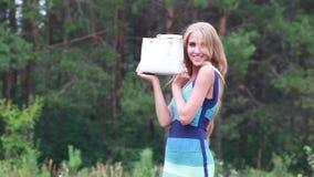 Bella ragazza felice con una borsa di cuoio bianca archivi video