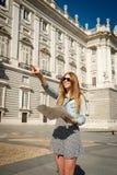 Bella ragazza felice dello studente di scambio che visita la mappa della lettura della città di Madrid Fotografia Stock Libera da Diritti