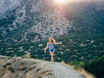 Bella ragazza felice su fondo del tramonto di estate con il volo nel vento in capelli Fotografie Stock