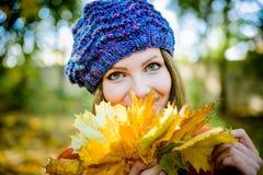 bella ragazza in foglie di autunno Immagini Stock Libere da Diritti