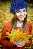 bella ragazza in foglie di autunno Fotografie Stock Libere da Diritti