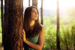 Bella ragazza in foresta leggiadramente Immagine Stock Libera da Diritti