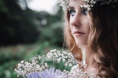 Bella ragazza in foresta scura immagine stock libera da diritti