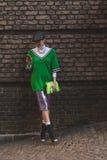 Bella ragazza fuori della sfilata di moda di Alberta Ferretti che costruisce le FO Immagine Stock Libera da Diritti