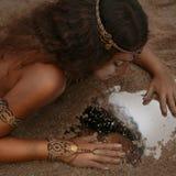 Bella ragazza in gioielli etnici Immagine Stock
