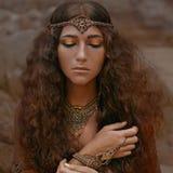 Bella ragazza in gioielli etnici Immagini Stock