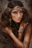 Bella ragazza in gioielli etnici Immagini Stock Libere da Diritti