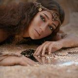 Bella ragazza in gioielli etnici Fotografia Stock Libera da Diritti
