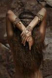 Bella ragazza in gioielli etnici Fotografie Stock Libere da Diritti