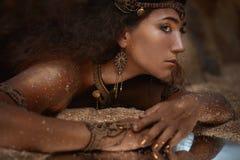 Bella ragazza in gioielli etnici Fotografia Stock