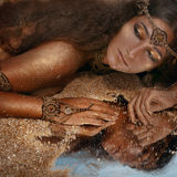 Bella ragazza in gioielli etnici Fotografie Stock