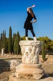 Bella ragazza greca che tiene una nave antica nel teatro antico dell'isola di Thassos, Grecia fotografie stock