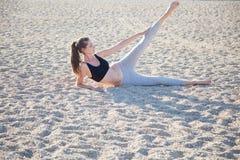 Bella ragazza impegnata nell'yoga di forma fisica fotografia stock libera da diritti