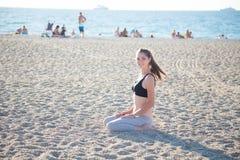 Bella ragazza impegnata nell'yoga di forma fisica immagine stock libera da diritti