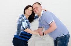 Ragazza incinta ed il suo ragazzo Fotografie Stock Libere da Diritti
