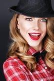 Bella ragazza intelligente in un cappello fotografia stock libera da diritti