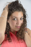Bella ragazza latina con capelli ricci Fotografie Stock Libere da Diritti
