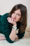 Bella ragazza in lavori o indumenti a maglia che esaminano macchina fotografica Fotografia Stock Libera da Diritti