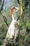 Bella ragazza in legno verde prima di estate Immagini Stock Libere da Diritti