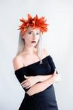 Bella ragazza in lenti nere con i gigli Fotografia Stock Libera da Diritti