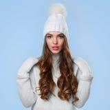 Bella ragazza in maglione bianco Immagini Stock