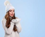 Bella ragazza in maglione bianco Fotografie Stock Libere da Diritti