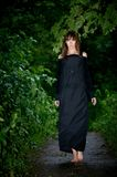 Bella ragazza misteriosa che cammina a piedi nudi nella foresta dopo la r Immagine Stock