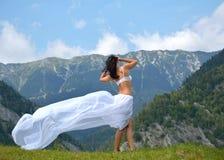 Bella ragazza in natura con un velo Immagine Stock Libera da Diritti