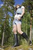 Bella ragazza negli shorts dei jeans Immagini Stock Libere da Diritti