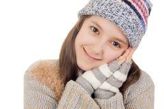 Bella ragazza nei sorrisi caldi dei vestiti di inverno Immagini Stock Libere da Diritti