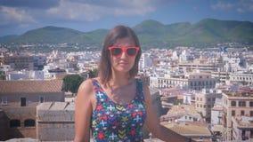 Bella ragazza nei suglasses che sorride in Dalt Vila nella città di Ibiza Città Vecchia Eivissa archivi video