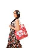 Bella ragazza nei sundress con il sacchetto della spiaggia fotografie stock